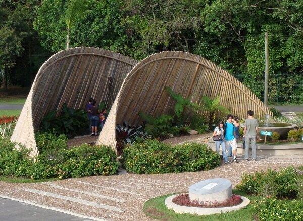 Cerca de bambu estrutura na área de horta