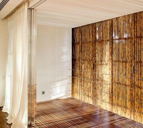Cerca de bambu instalada em ambiente externo