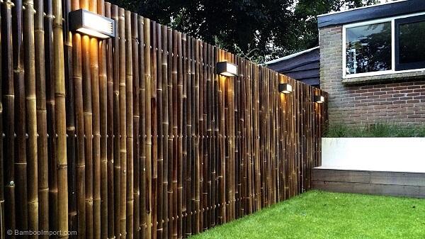 Cerca de bambu instalada no jardim delimita o terreno do imóvel.