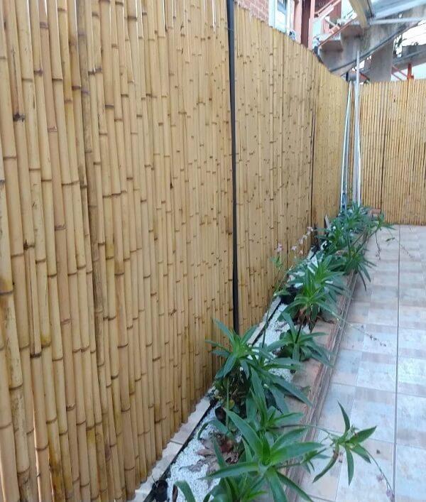 Cerca de bambu tratado utilizado para delimitar a área externa