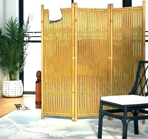 Cerca de bambu utilizada como biombo para divisória no ambiente