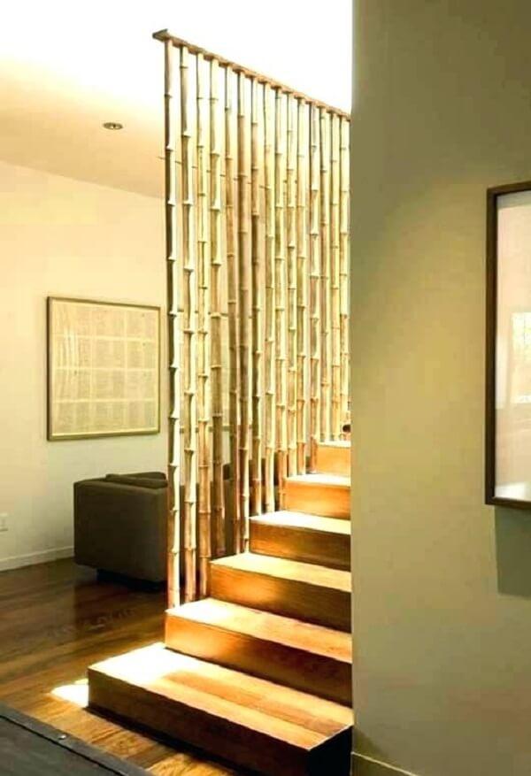 Cerca de bambu utilizada com guarda corpo de escada