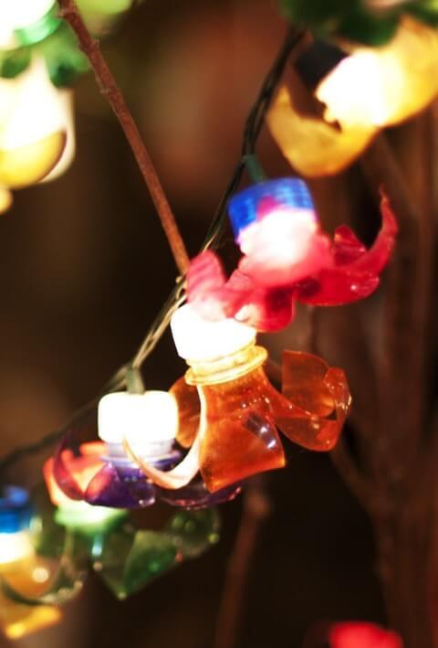 Como fazer enfeites de natal com garrafa PET e luzes pisca-pisca