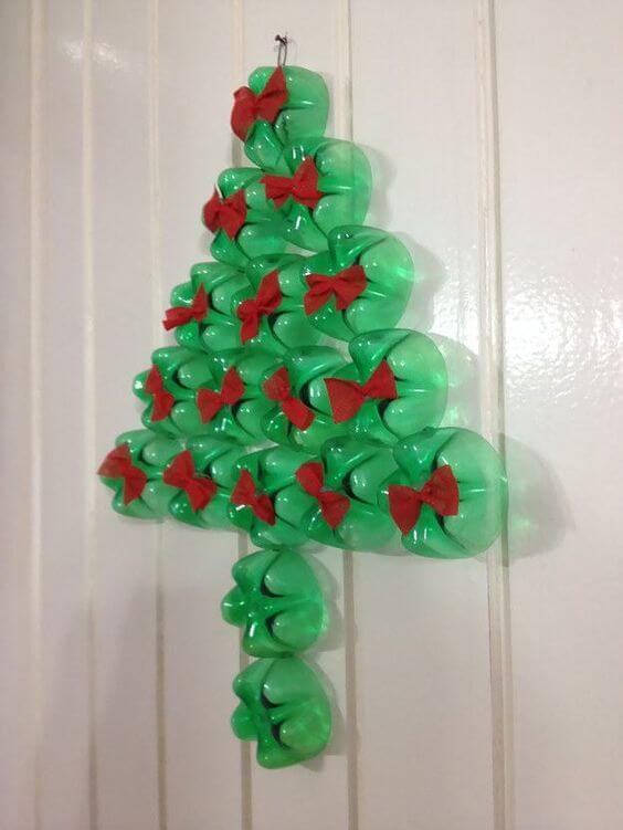 Como fazer enfeites de natal com garrafa PET no formato de árvore com lacinhos vermelhos