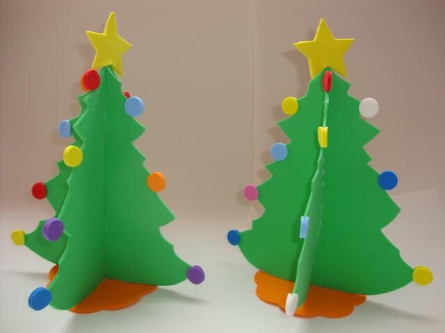 Enfeites de natal em EVA árvores de mesa com bolinhas coloridas