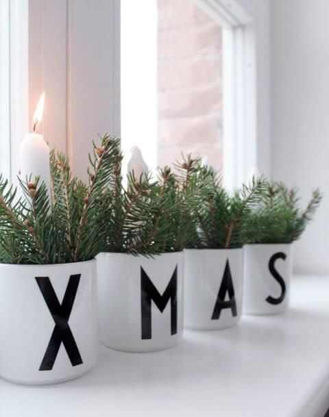Com algumas canecas, folhas, fita ou caneta preta e umas velas você pode criar lindos enfeites de natal