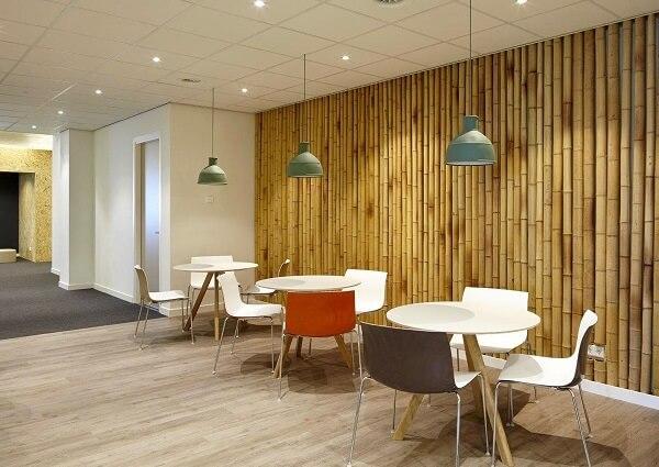 Estabelecimento comercial com bambu traz rusticidade ao ambiente