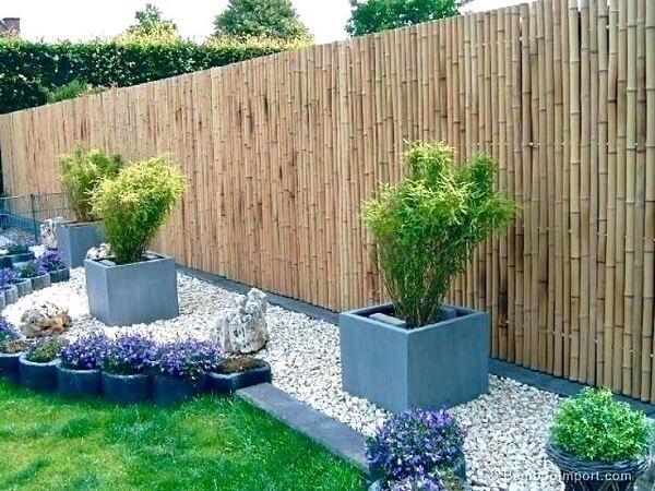 O jardim recebeu a graciosa presença da cerca de bambu