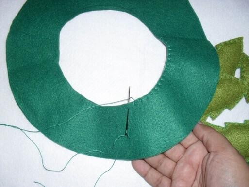 Costurar as laterais das suas peças de feltro é um dos passos essenciais desse tutorial de como fazer decoração de natal