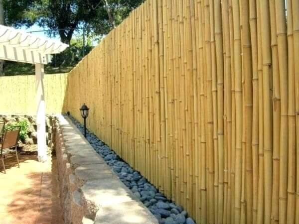 Pedras e cerca de bambu delimitam a área do ambiente