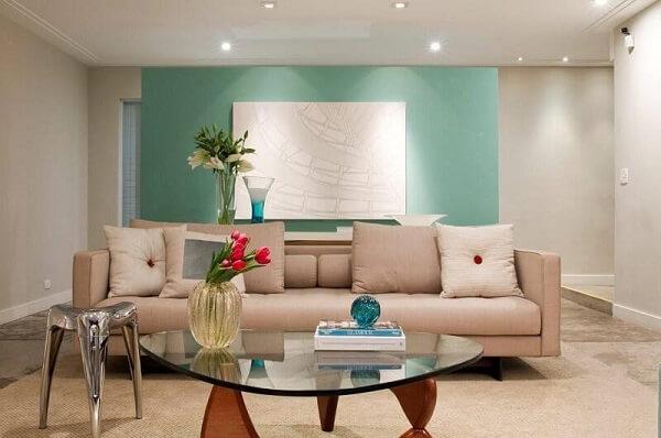 Sala de estar clean com parede verde e Spot de LED