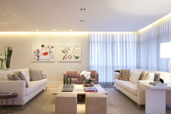 Sala de estar clean com Spot de luz simples