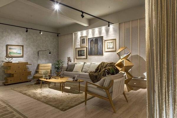 Sala de estar decorada em tons de cinza e bege com Spot de luz