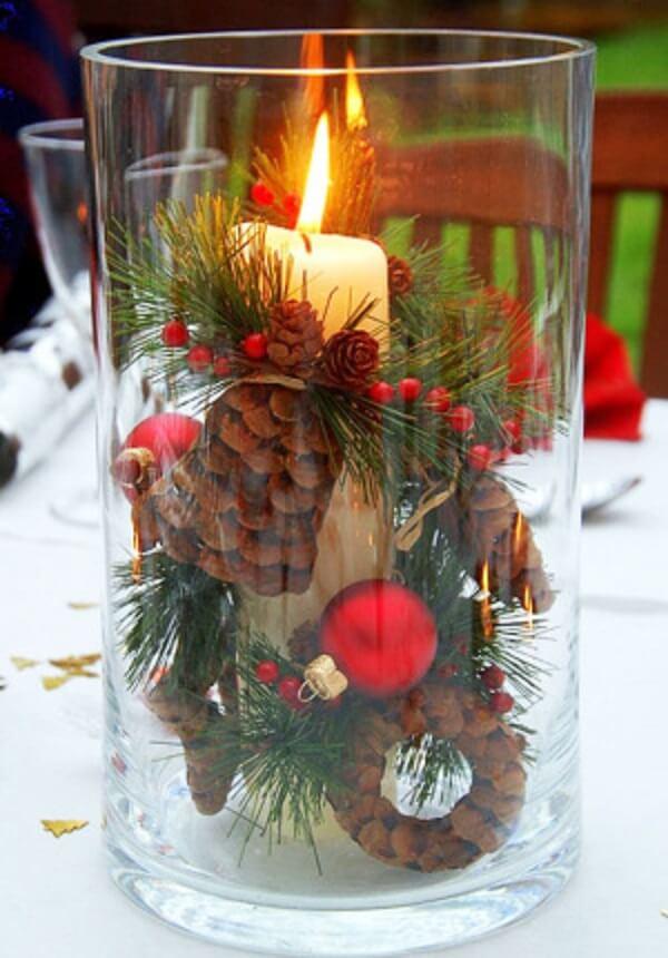Separe um vidro transparente grande e coloque internamente vários enfeites natalinos