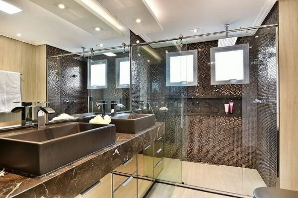 Spot de luz simples fixado no teto do banheiro