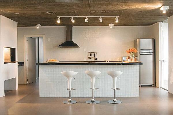 Spot de luz assegura iluminação direcionada na cozinha