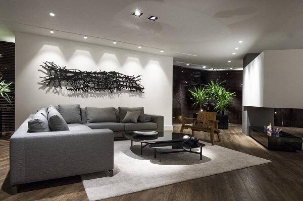 Spot de luz quadrado embutido complementa a iluminação da sala de estar