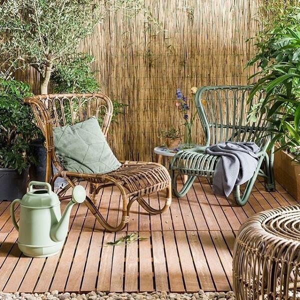 Terraço aconchegante com cerca e cadeira de madeira