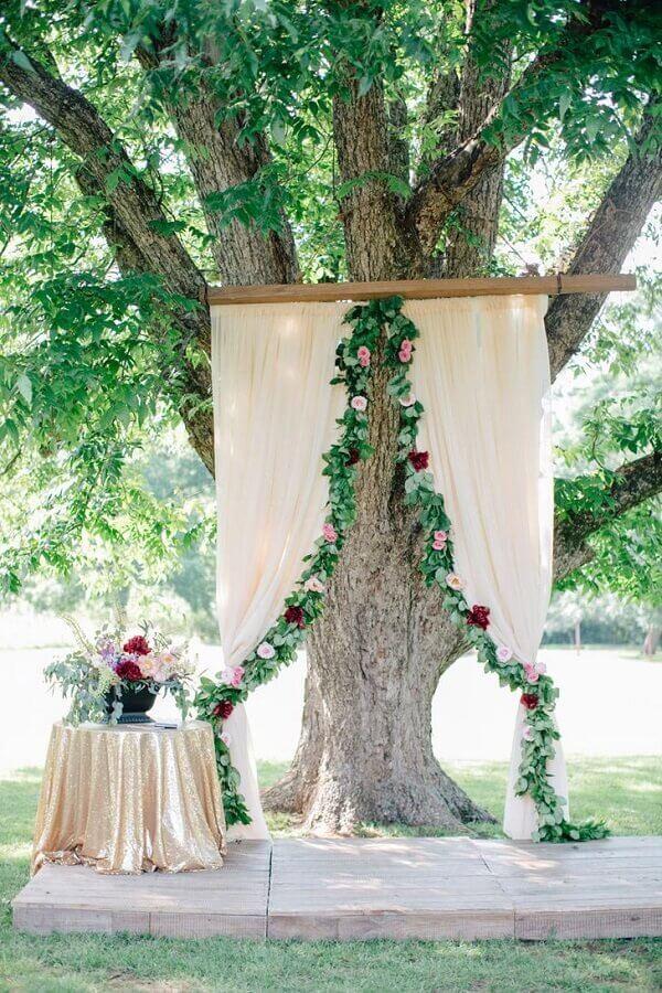 altar de casamento no campo decorado com flores e folhagens Foto Why Santa Claus