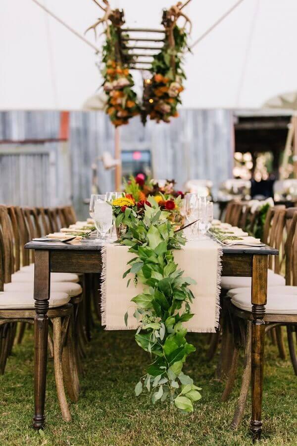 arranjo com flores e folhagens para casamento rústico no campo  Foto Assetproject