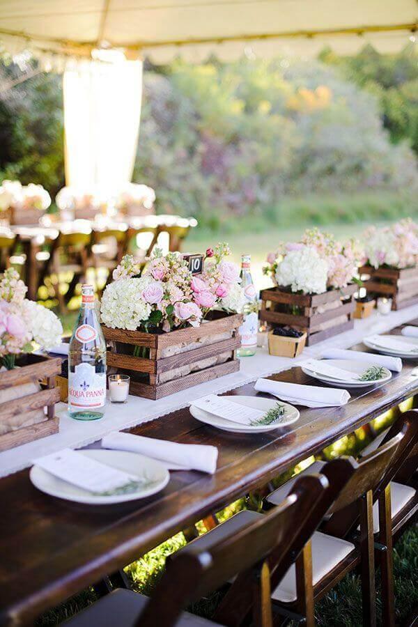 arranjo de flores em caixinhas de madeira para decoração de casamento no campo  Foto Weddbook
