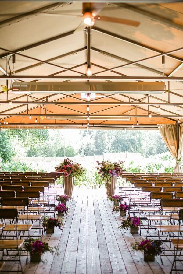 arranjo de flores para cerimonia de casamento no campo  Foto Assetproject
