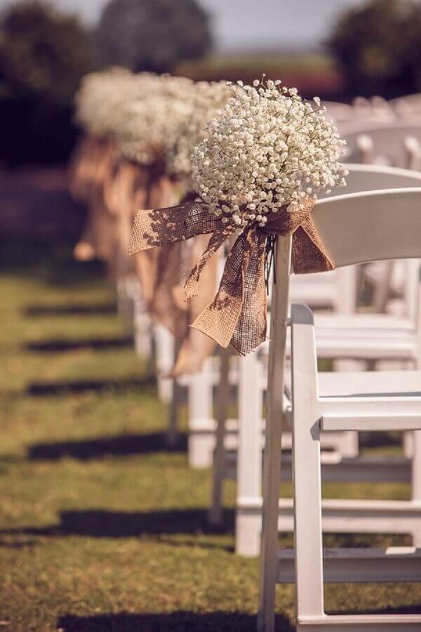 arranjo simples de flores mosquitinho para casamento rústico no campo  Foto Wedding Inspiration