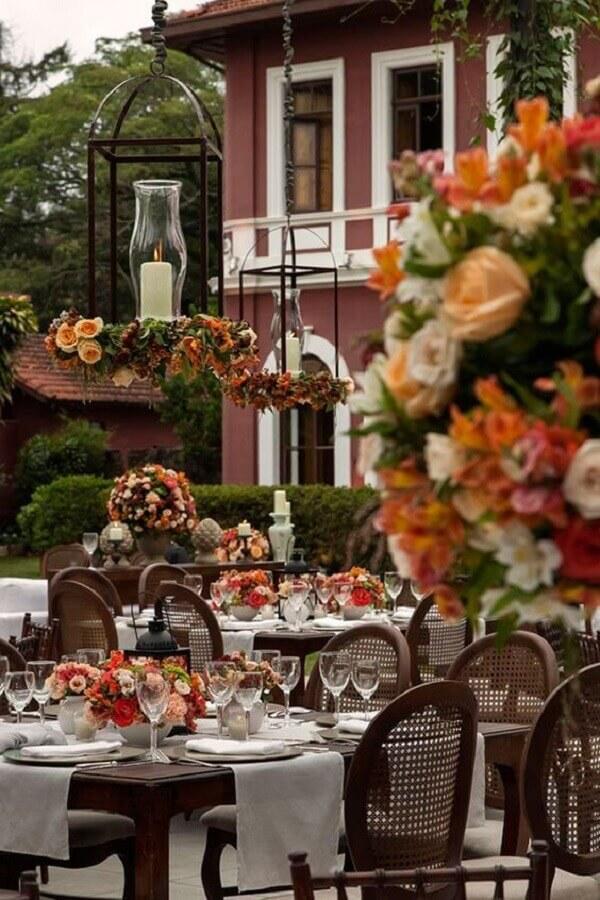arranjos de flores para decoração de festa de casamento no campo Foto Constance Zahn
