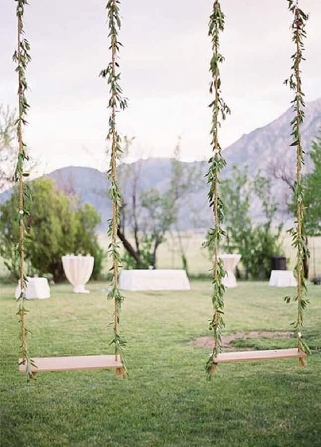 balanços decorados com folhas para casamento simples no campo Foto HappyWedd