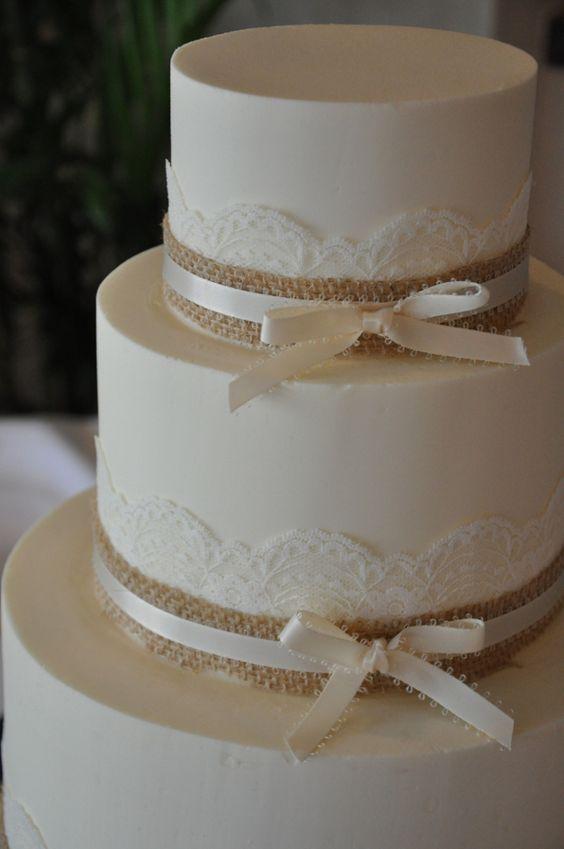 bodas de ouro - bolo simples com renda e laço