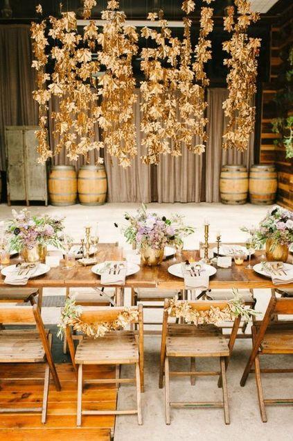 bodas de ouro - decoração com folhas secas em cima de mesa