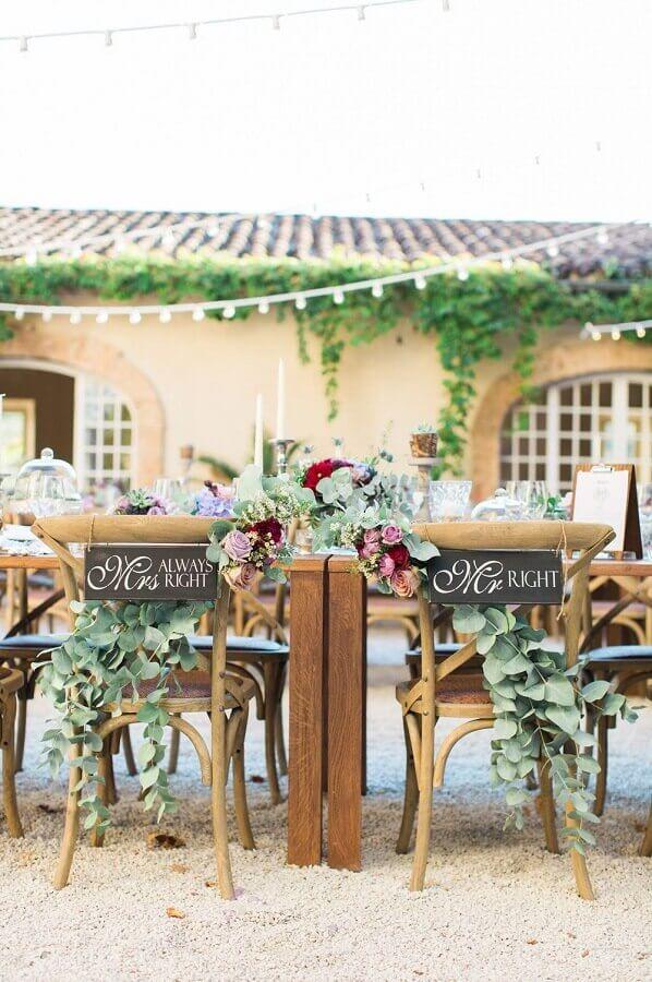 cadeiras dos noivos decoradas para festa de casamento rústico no campo Foto Rock My Wedding