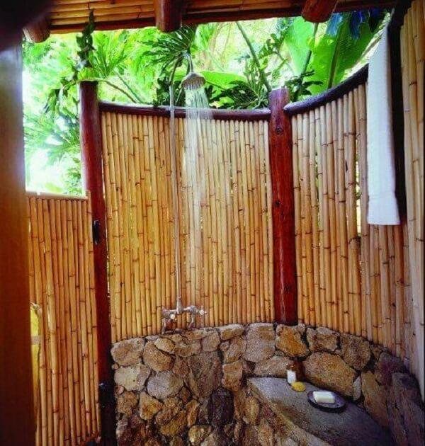 A cerca de bambu traz um toque especial para o momento do banho