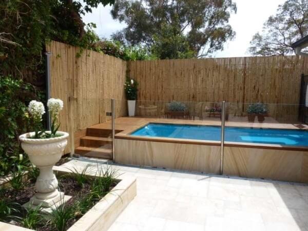 A área da piscina foi delimitada com cerca de bambu
