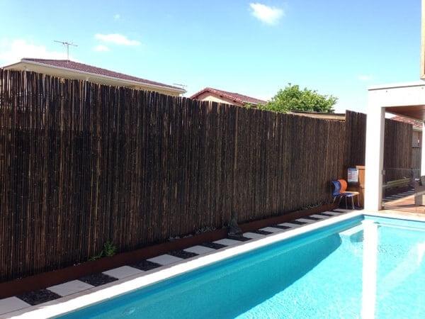 A cerca alta traz privacidade para a área da piscina