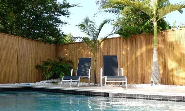 Modelo de cerca para área da piscina