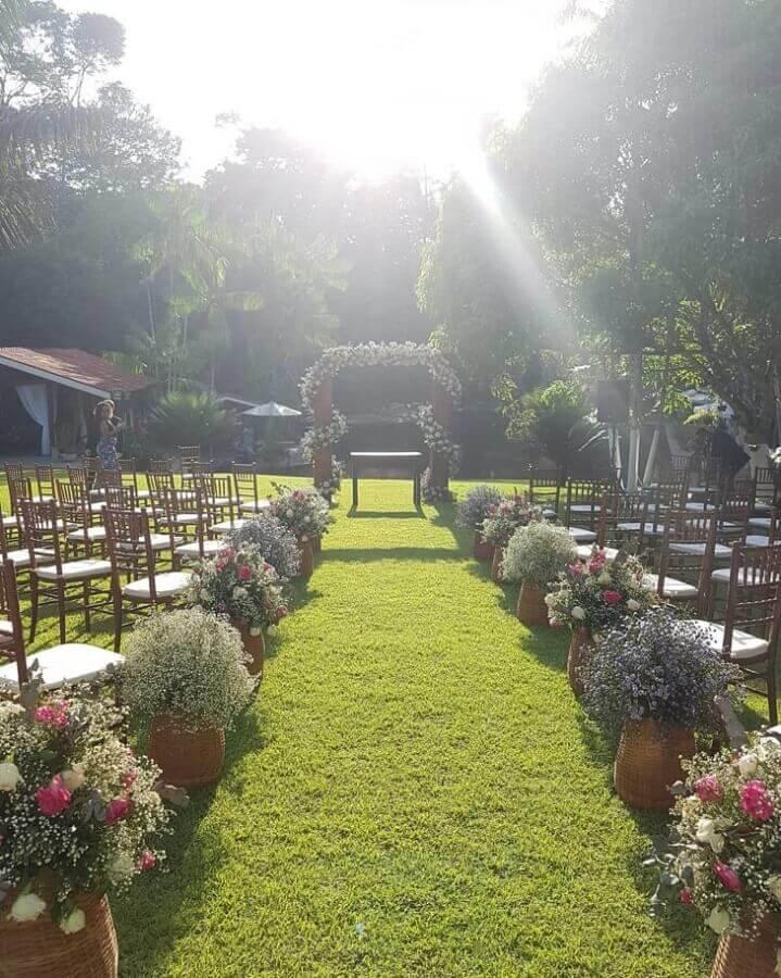 cerimonia de casamento no campo decorado com vasos de flores do campo  Foto Sítio Caminho Real