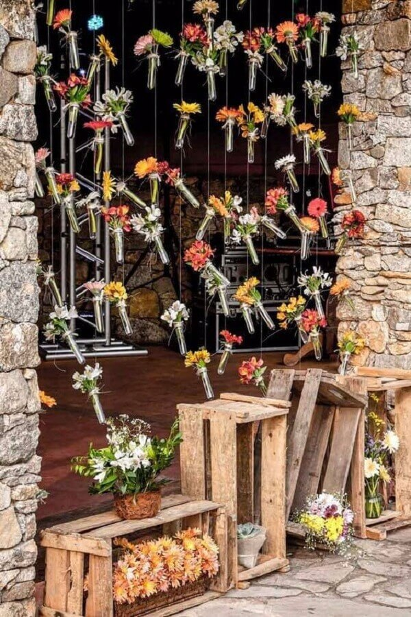 cortina de flores para casamento rústico no campo  Foto Muito Chique