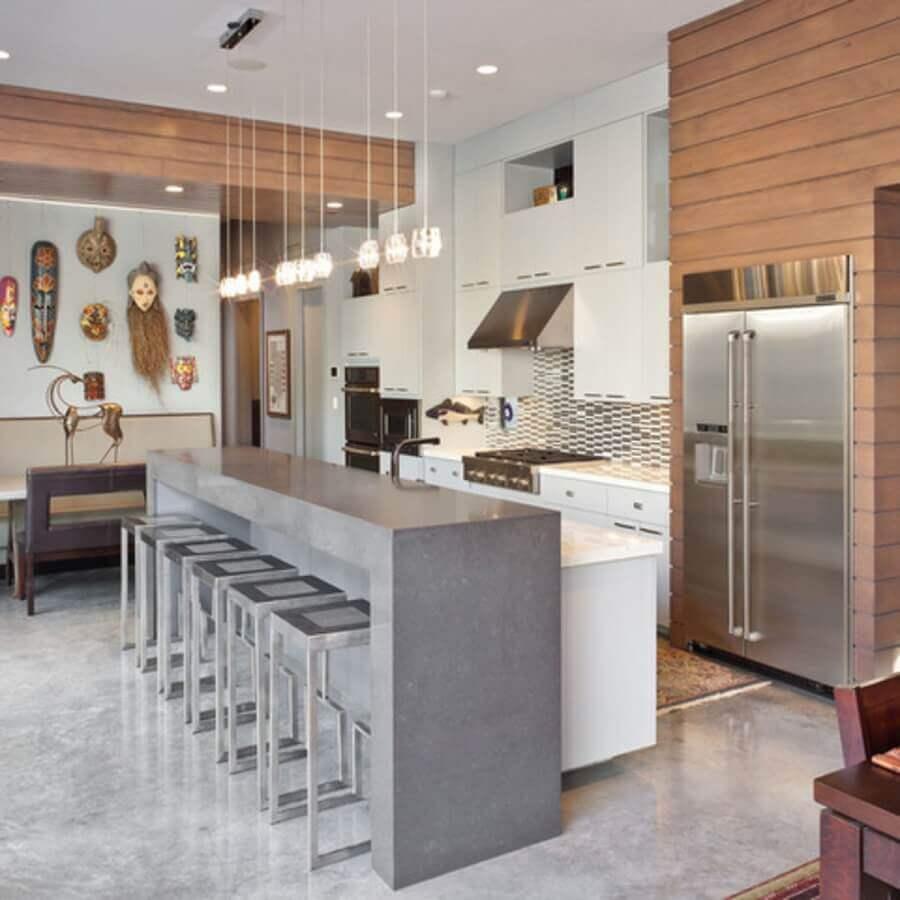 cozinha planejada com armários brancos e bancada de concreto Foto Ideias para Decorar