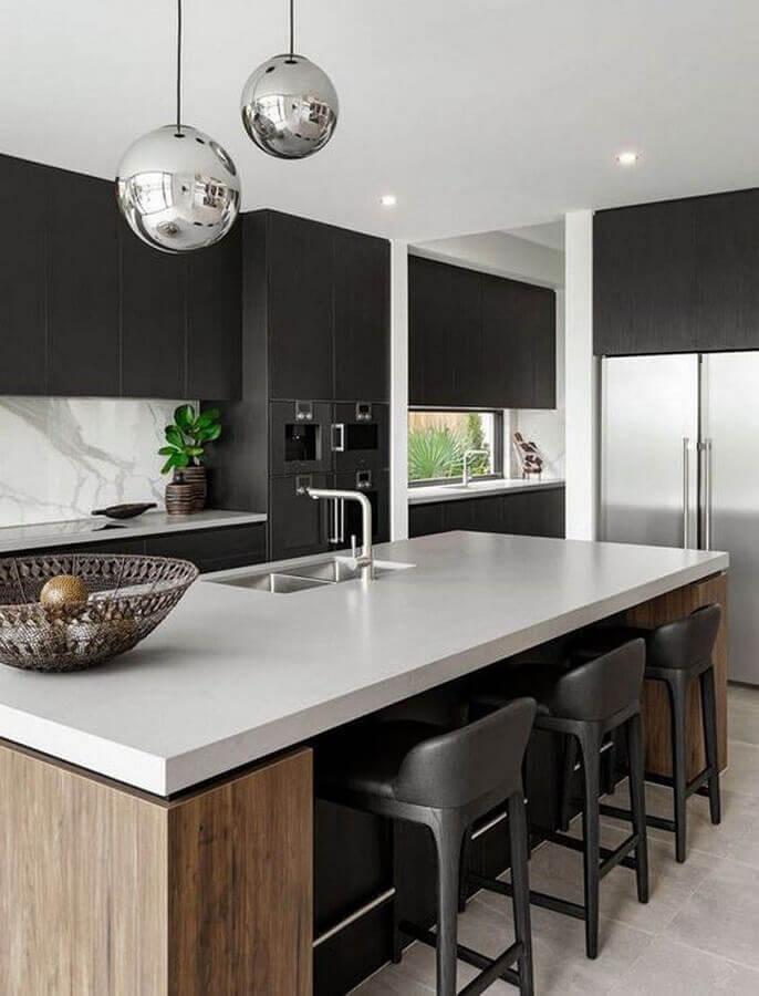 cozinha planejada com bancada e armários pretos Foto Carlin Zaly