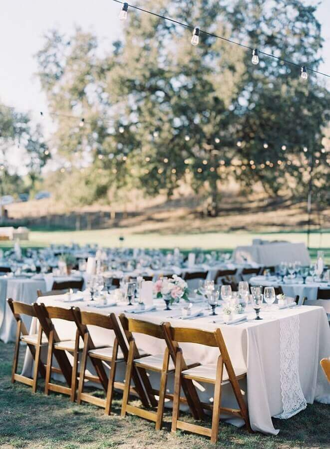 decoração clean para festa de casamento no campo de dia Foto Style me Pretty