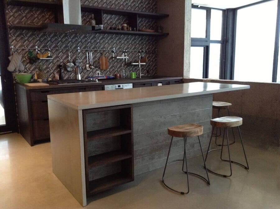 decoração com banquetas modernas para cozinha com bancada de concreto Foto Chic na Obra