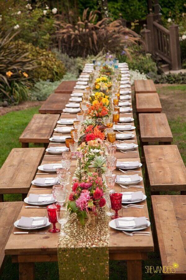 decoração com flores para mesa de casamento rústico no campo Foto She Wanders