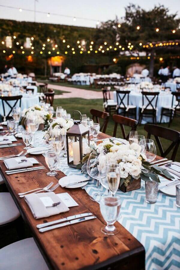 decoração com velas e flores para festa de casamento no campo  Foto Blog Meu Casamento