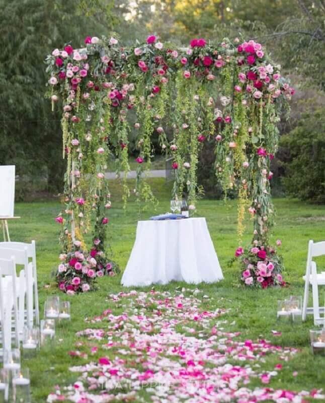 decoração de casamento no campo com rosas  Foto MODwedding