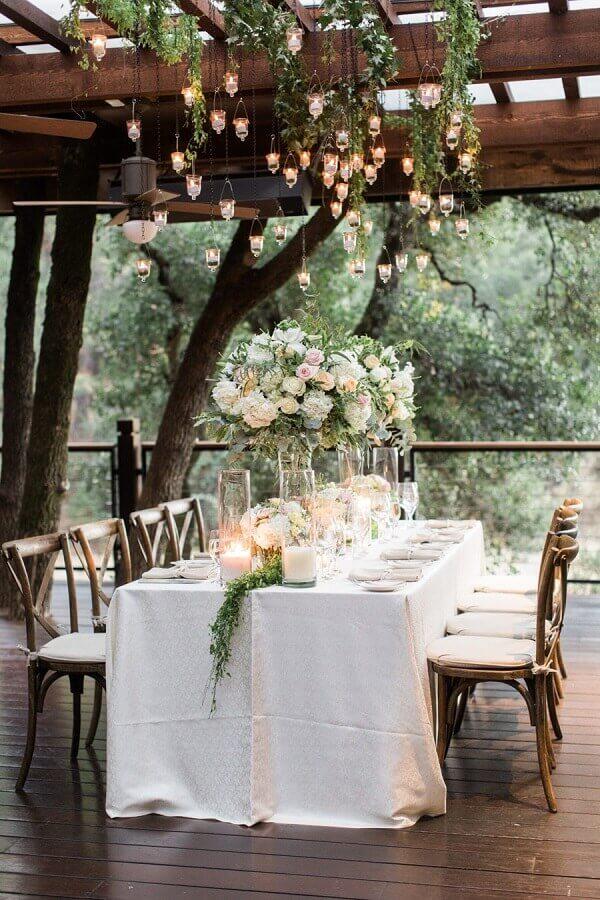decoração de festa de casamento no campo com arranjo de rosas e velas suspensas  Foto MODwedding