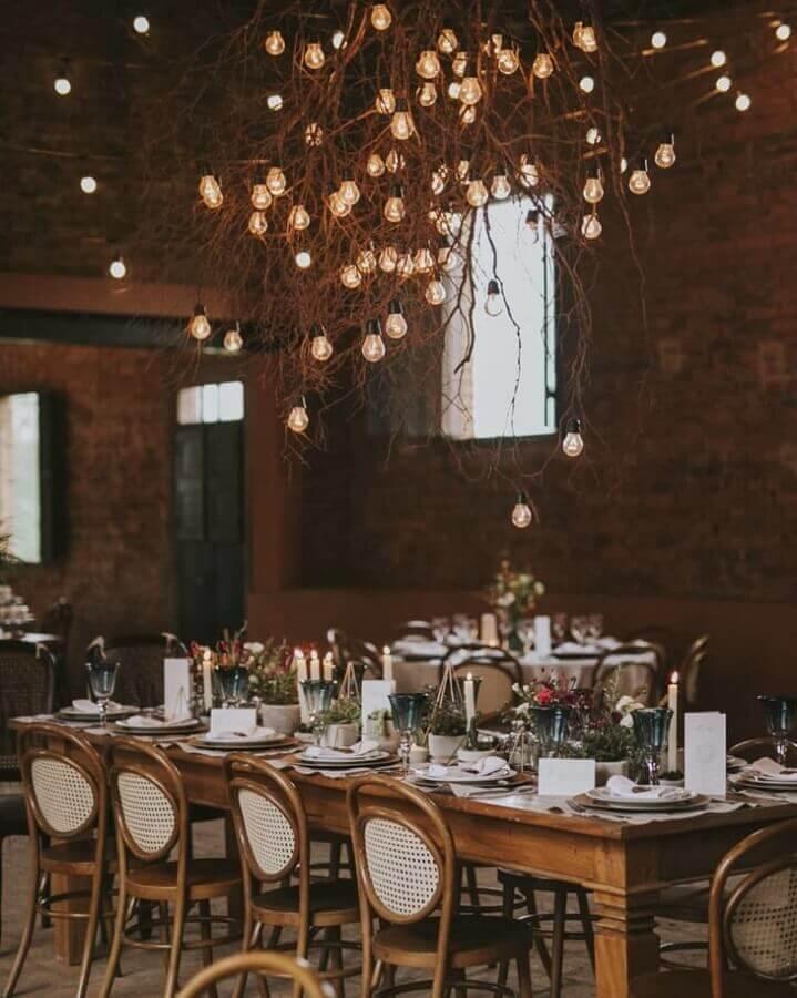 decoração para casamento rústico no campo com galho seco e lampadas  Foto Estúdio Pinus