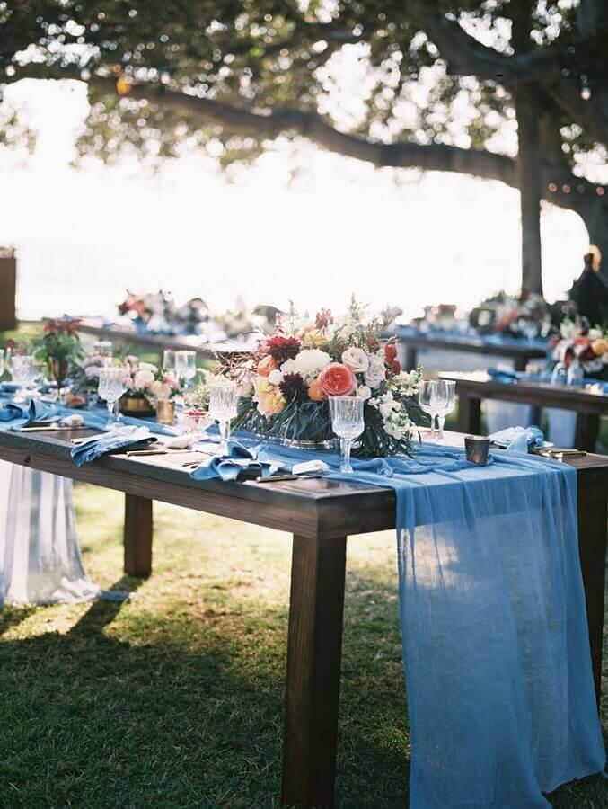 decoração para festa de casamento no campo com mesas de madeira e arranjo de flores  Foto Pinterest