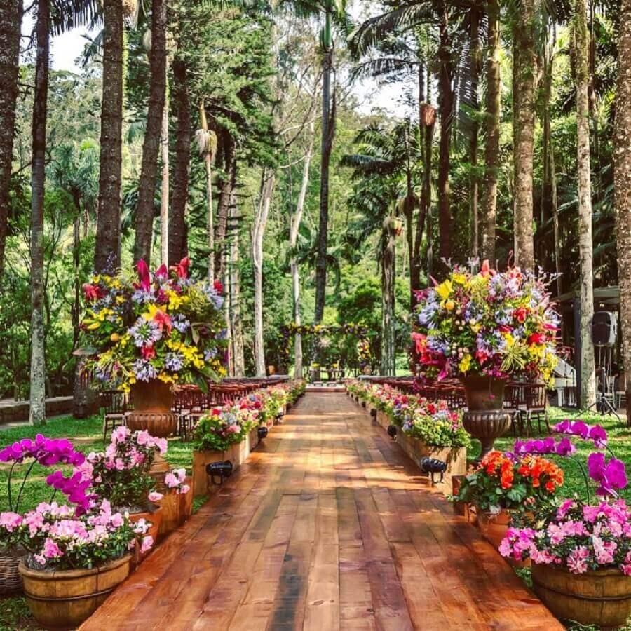decoração romantica com muitas flores para cerimonia de casamento no campo Foto MBacellar Festas