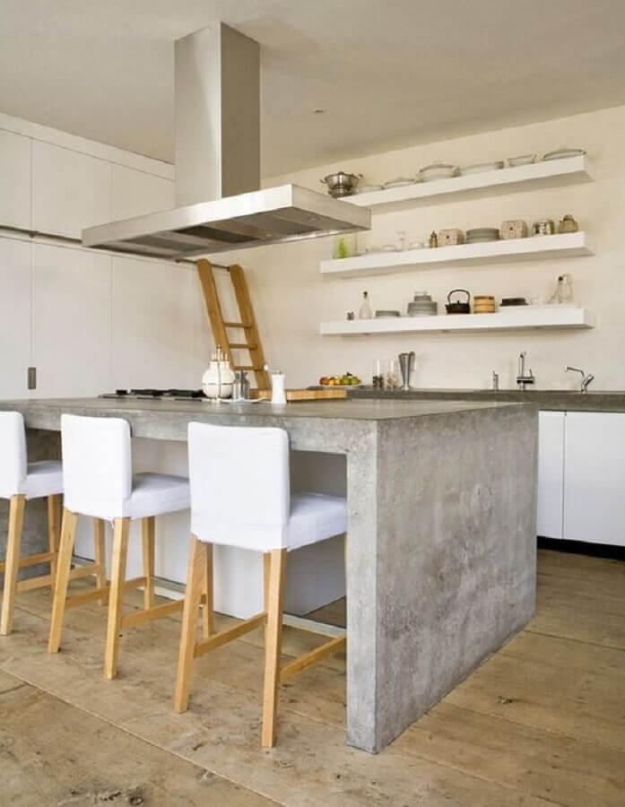 decoração simples para cozinha com bancada de concreto e prateleiras brancas Foto Você Precisa Decor
